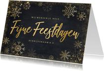 Zakelijke klassieke kerstkaart met goudlook ijssterren