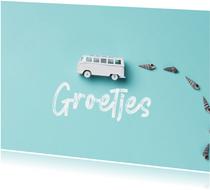 Zomaarkaart groetjes en een bus op blauwe achtergrond