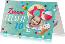 Zwemfeest meisje vrolijk kleurrijk confetti ijsjes foto