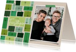Leuke kerstkaart groene cadeau's en foto op papierlook
