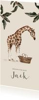 Geboortekaartje giraf bij een babymandje en groene bladeren