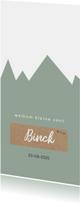 Geboortekaartje met groene bergen en kraft label