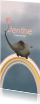 Grappig geboortekaartje met regenboog en schattige olifant