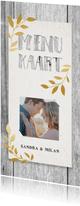 Hippe menukaart met hout, papier, gouden takjes en foto