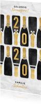 Hippe nieuwjaarskaart met champagneflessen en gouden 2020