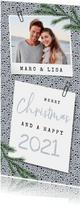 Kerst en nieuwjaarskaart met stipjes eigen foto en dennentak
