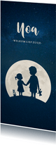 Langwerpig geboortekaartje silhouet broer met zusje in maan