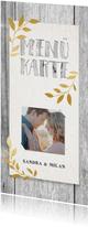Menükarte zum Hochzeitsdinner auf rustikalem Holzhintergrund