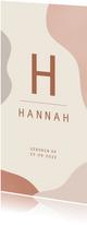 Modern typografisch geboortekaartje aardetinten met initiaal