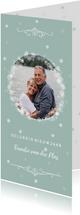Nieuwjaarskaart met zachtgroene achtergrond en sneeuwsterren