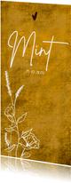 Okergeel geboortekaartje met wilde bloemen en hartje