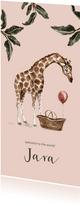 Roze geboortekaartje giraf en baby mandje