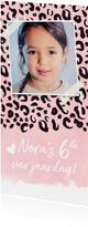 Trendy kinderfeest uitnodigingskaart met roze panterprint
