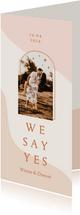 Trendy trouwkaart in roze aardetinten met boog langwerpig