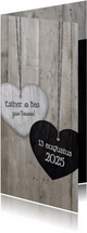 Trouwkaart langwerpig met 2 houten hartjes en trouwdatum