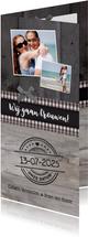 Trouwkaart langwerpig stijlvol met hout en foto's
