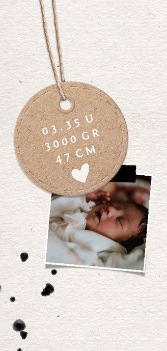 Papierlook geboortekaartje met label en spetters 2