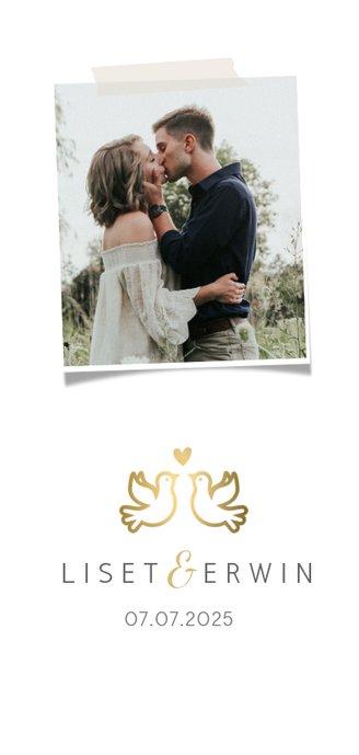 Stijlvolle menukaart voor een huwelijk met gouden duifjes 2