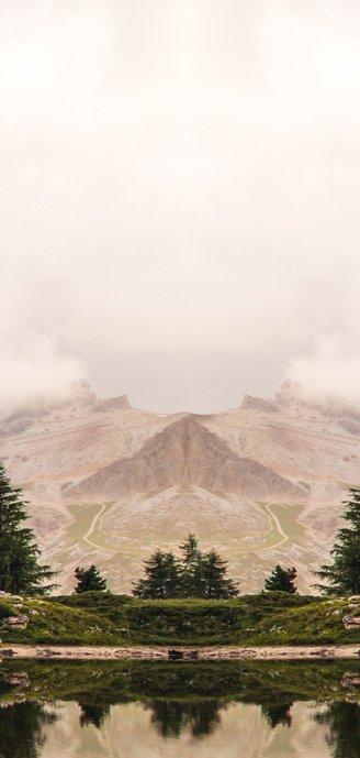 Stoere en originele langwerpige menukaart met berg landschap Achterkant