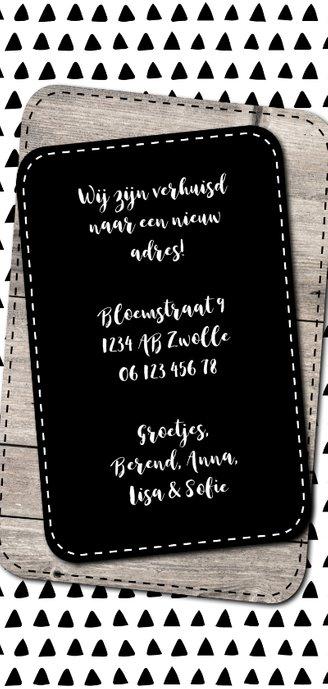 Verhuiskaart met hout en zwart-witte driehoekjes Achterkant