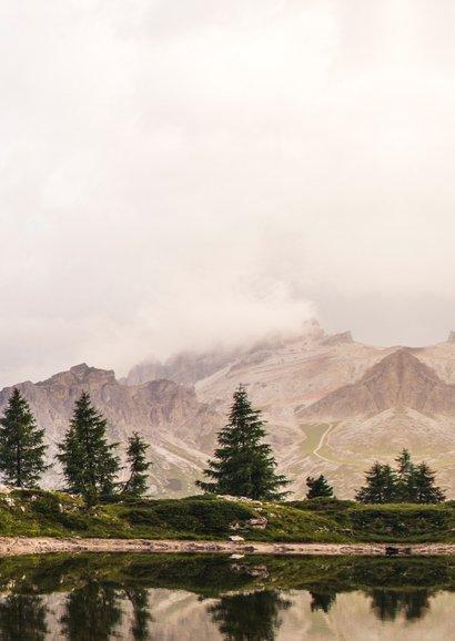 Bedankkaartje trouwdag met een  natuur berglandschap Achterkant