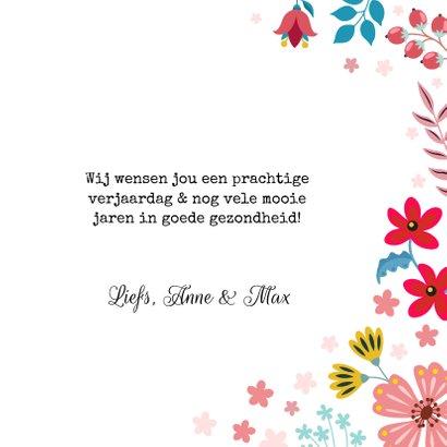 Botanische verjaardagskaart met mot en bloemen 3