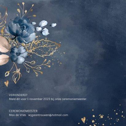 Chique trouwkaart donkerblauw bloemen 2