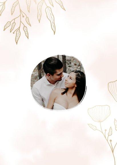 Dankeskarte zur Hochzeit mit Foto und eleganten Blumen 3