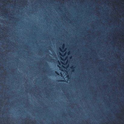 Einladung zur Hochzeit dunkelblau mit Foto und Pflanzen Rückseite