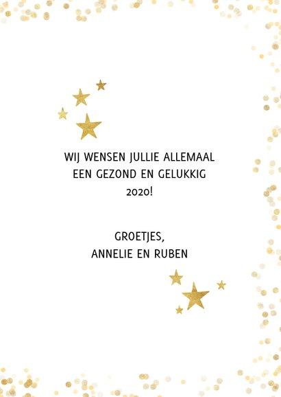Feestelijke nieuwjaarskaart met gouden sterren en typografie 3