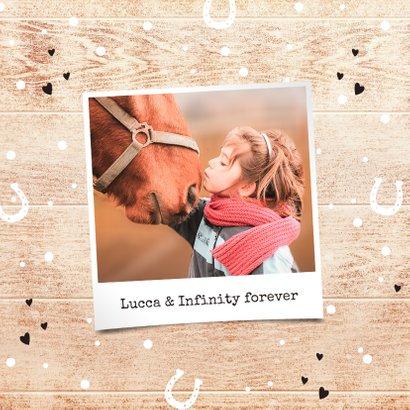 Felicitatiekaart meisje paard met hout, confetti en hartjes 2