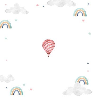 Geboortekaartje meisje wolkjes luchtballon regenboog foto Achterkant