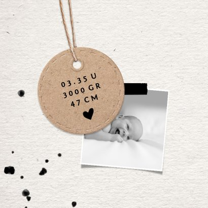 Geboortekaartje papierlook met label en spetters 2