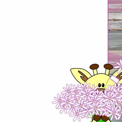 Giraffe met een grote bos bloemen 3