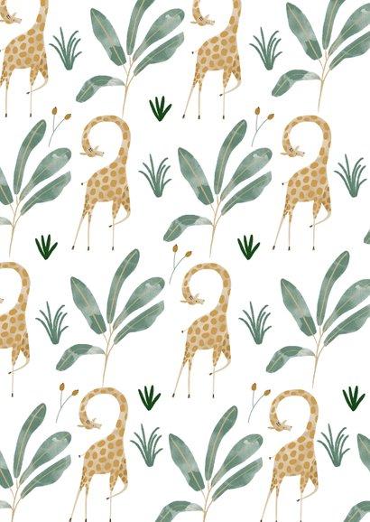 Hip geboortekaartje giraffen patroon met label Achterkant