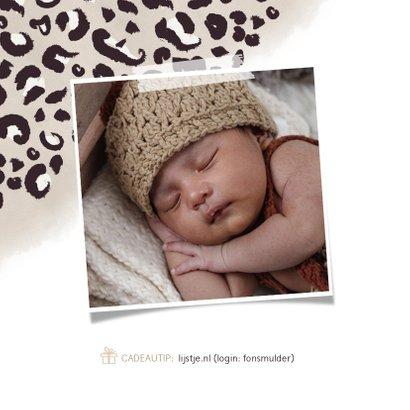 Hippe babyborrel uitnodiging met taupe panterprint en datum 2