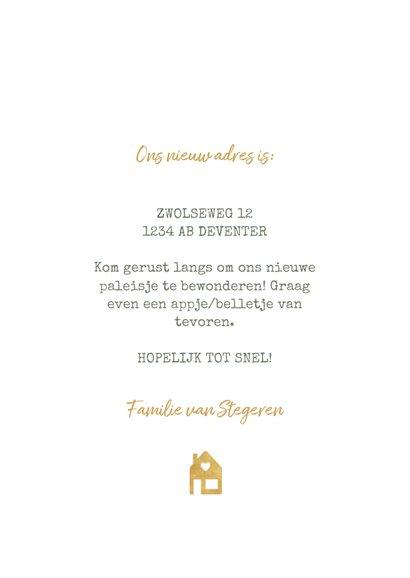Hippe kerst verhuiskaart met huisje, verf en gouden spetters 3