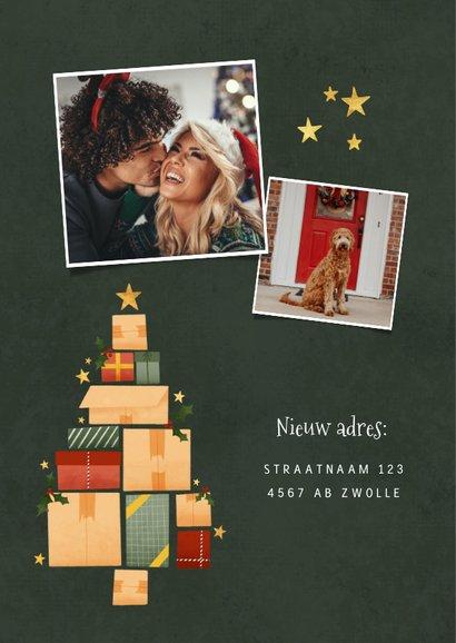 Hippe kerst verhuiskaart met kerstboom van dozen en sterren 2