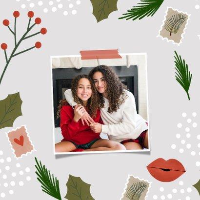 Hippe kerstkaart een kerstkus door de brievenbus  2