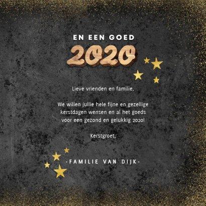 Hippe kerstkaart houten kerst, 2020 en gouden sterren 3