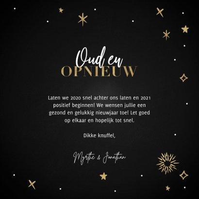 Hippe nieuwjaarskaart Oud en Opnieuw sterren en vuurwerk 3