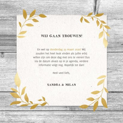 Hippe save the date kaart met hout, papier en gouden takjes 3