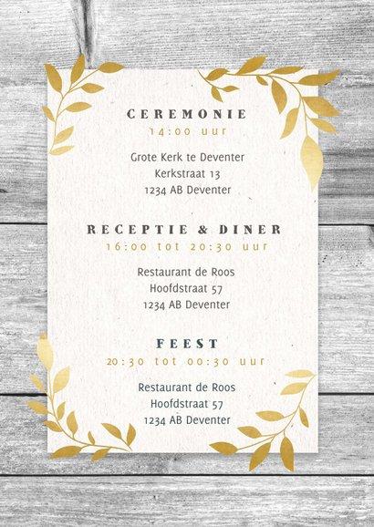 Hippe trouwkaart met hout, papier en gouden takjes 2