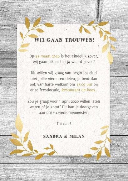 Hippe trouwkaart met hout, papier en gouden takjes 3