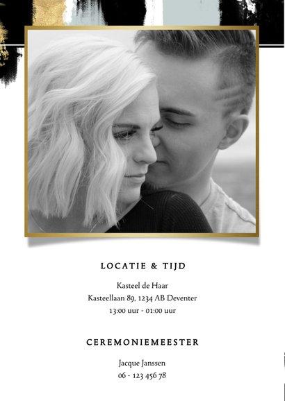 Hippe trouwkaart met verfstrepen en gouden typografie 2
