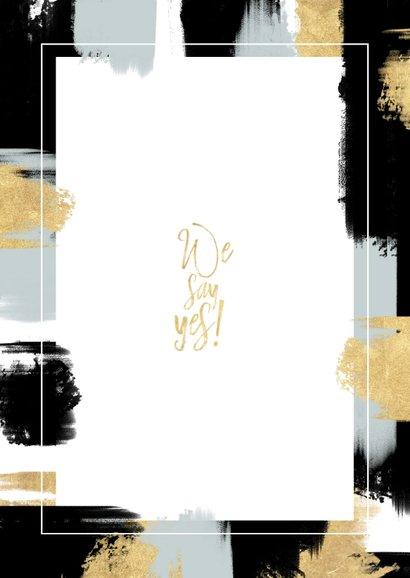 Hippe trouwkaart met verfstrepen en gouden typografie Achterkant