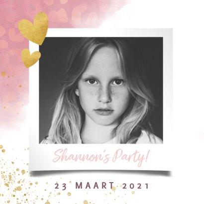 Hippe uitnodiging kinderfeestje met panterprint en hartjes 2