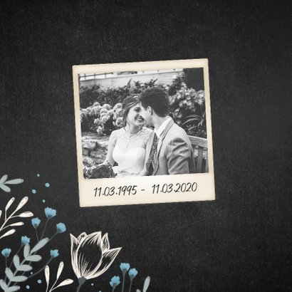 Jubileum uitnodiging krijtbord met bloemen en foto 2