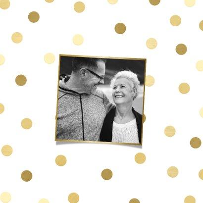 Jubileumkaart gouden 'feest' met confetti en foto 2