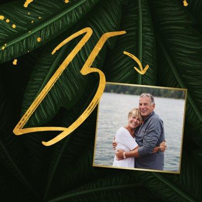 Jubileumkaart jungle bladeren met foto en gouden '25' 2